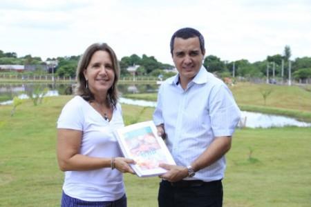 Médica Veterinária da SFA/MS recebeu a cópia da legislação municipal do secretário Landmark, durante a 12ª Festa do Peixe
