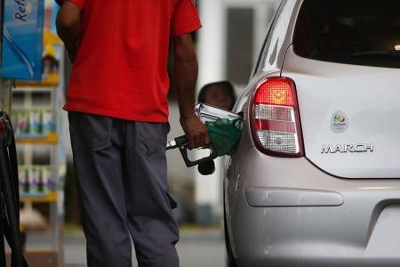 SÃO PAULO, SP - 02.02.2015: PREÇOS/COMBUSTÍVEIS - Foto de posto gasolina na marginal Pinheiros (zona oeste de SP) - Postos de gasolina de São Paulo já elevaram os preços dos combustíveis no primeiro dia em que passou a vigorar o aumento da tributação sobre combustíveis. O preço do litro da gasolina ultrapassou R$ 3 em alguns estabelecimentos. (Foto: Zanone Fraissat/Folhapress)