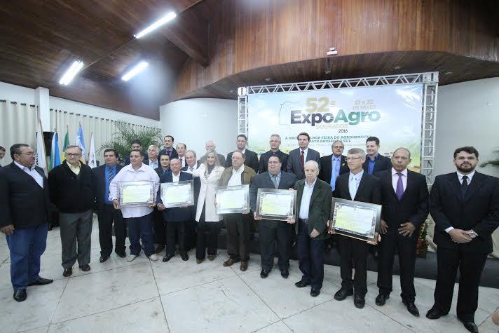 Vereadores e autoridades com produtores homenageadas na sessão solene realizada pela Câmara de Dourados e pelo Sindicato Rural (Thiago Morais/CMD)