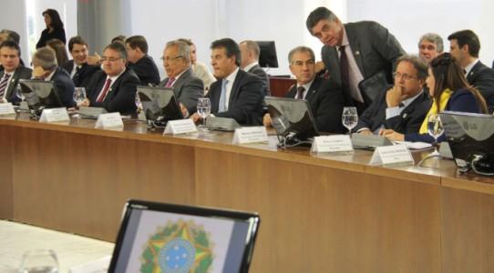 Governador Reinaldo Azambuja participou, em Brasília, da reunião que definiu o congelamento da dívida dos Estados com a União - (Foto: Divulgação)
