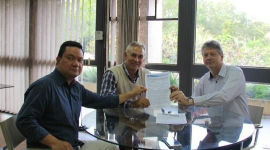 Estado entregou à Prefeitura Municipal de Brasilândia a licença prévia do Imasul para a implantação da área que contará com 100 hectares, denominado Polo Industrial Arara Azul (Foto: Assessoria)