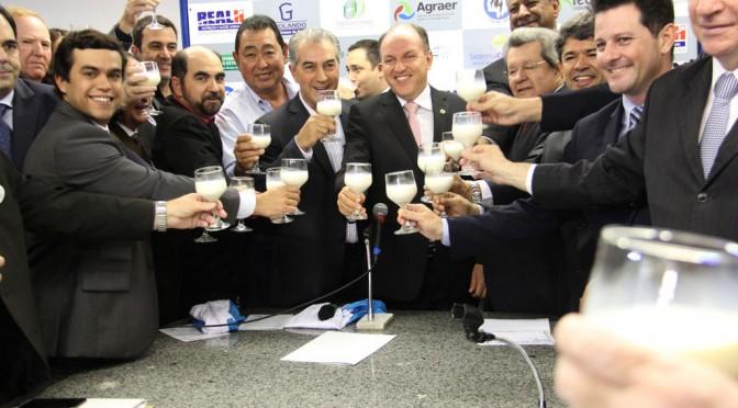 Governo do Estado estuda a redução de ICMS do leite no período da estiagem para que a indústria possa melhorar o preço pago ao produtor (Foto: divulgação)