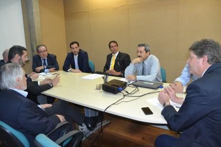 Secretário Jaime Verruck recebe no gabinete da Semade, missão oficial do Paraguai. Participaram Marcelo Miglioli, titular da Seinfra, e o representante do Sistema Fiems, Rodrigo Ferrada Benavides - (Foto: Nolli Corrêa)