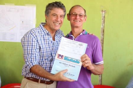 Prefeito Murilo Zauith durante entrega de escrituras na Agrovila da Vila Formosa (Foto: Cido Frota)
