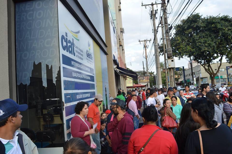 Em Dourados, a busca por emprego lotou o Ciat na manhã desta quinta-feira; município fechou junho com saldo negativo de vagas - (Foto: Fabiane Dorta)
