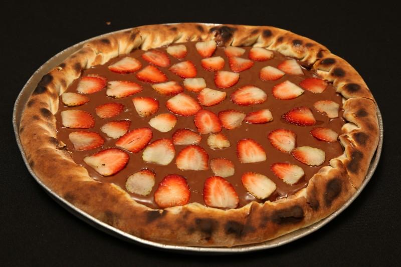 Pizza Nutella com morangos é oferecida pela Vinis Pizzaria; a Vinis fica na Rua Balbina de Matos, 1462, com funcionamento todos os dias, das 19h às 23h. O telefone é (67) 3426-8864.