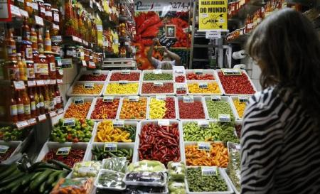 Mulher olhando alimentos em feira em Belo Horizonte.  As principais influências para o resultado de novembro foram os grupos alimentação e bebidas, com queda de 0,20 por cento, e artigos de residência, com recuo dos preços de 0,16 por cento.    30/06/2016          REUTERS/Toru Hanai