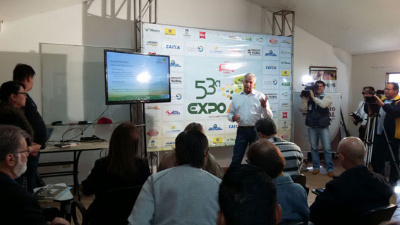 Presidente do Sindicato Rural Lúcio da Malha apresenta a exposição à jornalistas . (Foto: Dênes de Azevedo)