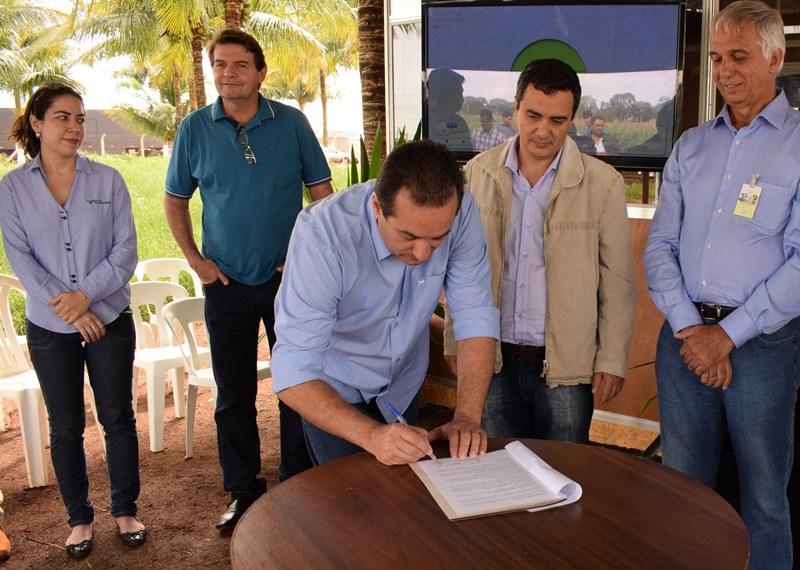 Vice-prefeito assinou termo juntamente com secretário de Agricultura Familiar, presidente do Sindicato Rural e presidente da Famasul. (Foto: Luiz Radai).