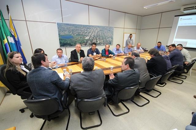 Ministro Eumar Novacki reunido com vereadores. (Foto: Tiago Morais).