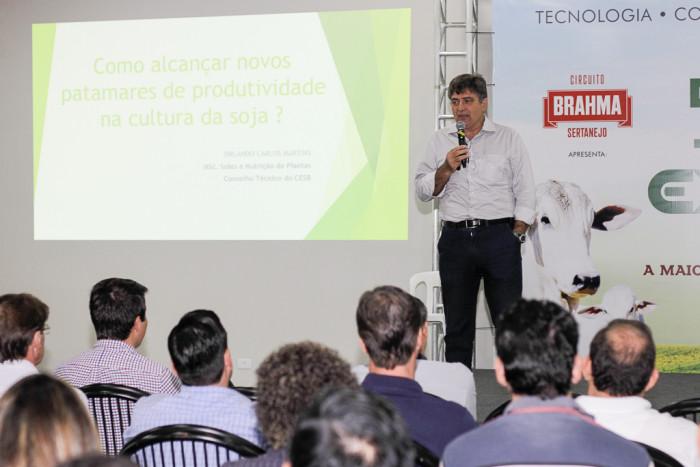 Orlando Carlos Martins fala no simpósio sobre a soja. (Foto: Divulgação).