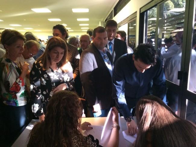 Eduardo Mendes, ao lado da esposa Glauce Medeiros assinou a documentação para a transformação da emissão em FM. (Foto: Divulgação).