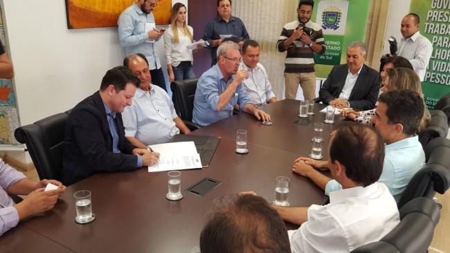 Deputado Renato Câmara participando da solenidade de anúncio de R$ 5 milhões para o recapeamento de Dourados. (Foto: Henrique de Matos).