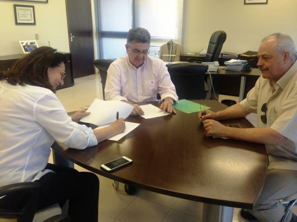 Secretário estadual de Fazenda, Marcio Monteiro, firma convênio com prefeita Delia Razuk e o secretario João Fava Neto. (Foto: Divulgação)