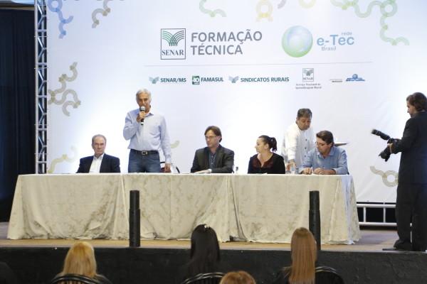 Lúcio Damália fala a formandos do curso de técnico em agronegócio, sexta à noite no Sindicato Rural. (Foto: Divulgação).