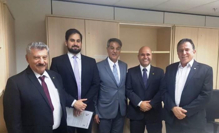 Os secretários Zé Elias Moreira e José Richa Filho cumpriram mais uma etapa da implantação da ferrovia Dourados/Paranaguá, na semana passada, em Brasília. (Divulgação).