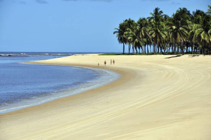 Em relação ao destino, o Nordeste se mantém na liderança e segue sendo a região mais desejada.  Foto: Praia do Gunga, em Maceio, Alagoas/Divulgação).