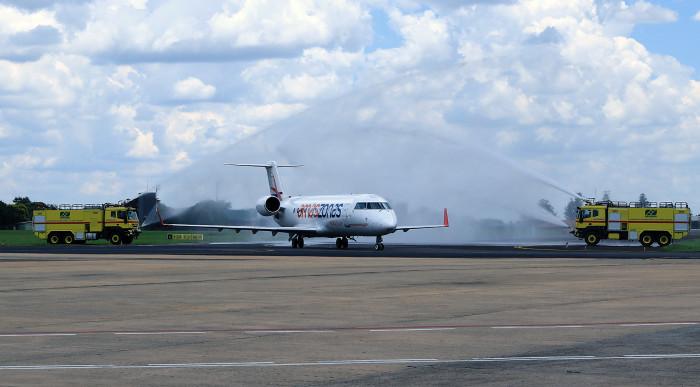 """Jatos de água na aeronave fazem parte da cerimônia de """"batismo"""" do voo. Foto: Edemir Rodrigues"""
