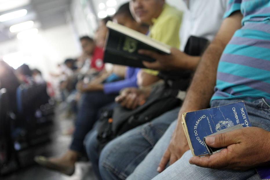 A taxa de desemprego vem caindo no Brasil ficou em 11,8% no quarto trimestre do ano, 0,6 ponto percentual abaixo dos valores registrados três meses antes.