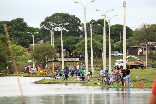 Duas toneladas de peixes foram soltas nos lagos do Parque Rego D'Água na terça, visando à festa que começa semana que vem. (Foto: A. Frota).