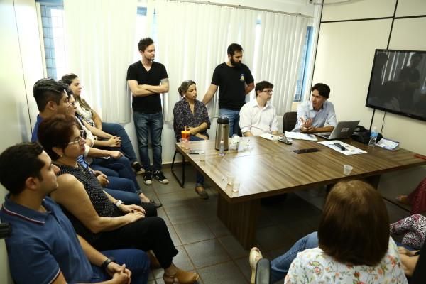 Reunião entre equipe da empresa responsável pela elaboração do sistema e técnicos da Seplan. (Foto: A. Frota).