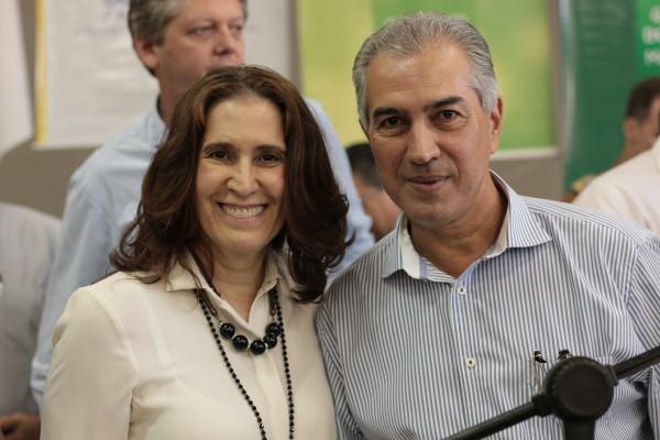 Presidente da Aced, Elizabeth Salomão e governador, Reinaldo Azambuja. (Foto: Divulgação).