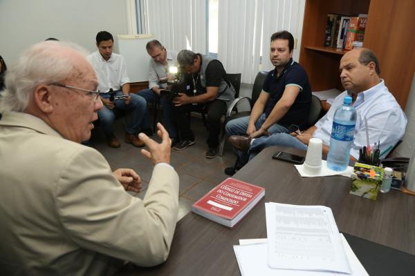 Diretor do Procon em Dourados, Mário Cerveira, se reuniu com representantes do Sinpetro-MS. (Foto: A. Frota).