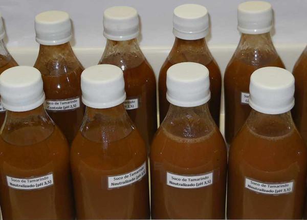 Suco de tamarindo com menos acidez também está em estudo no laboratório. (Foto: Verônica Freire).