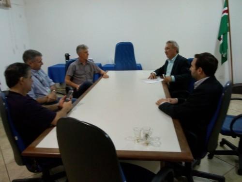 Prefeito Izauri se reuniu com dirigentes da Cocamar para tratar de investimento. (Foto: Divulgação).