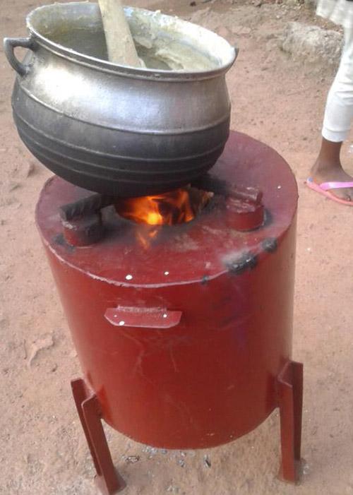 Equipamento cozinha alimentos em tempo menor e produz condicionador para o solo. (Foto: Embrapa).