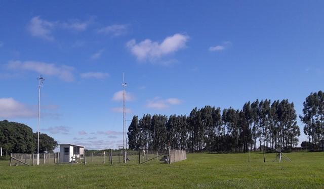 Em janeiro de 2001, a estação agrometeorológica de Dourados foi automatizada. Desde então, novos sensores estão sendo inseridos as estações agrometeorológicas da Embrapa Agropecuária Oeste com o objetivo de coletar novos dados. (Foto: Christiane Comas).