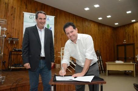 Ao lado do superintendente da Semagro Rogério Beretta, deputado Renato Câmara assina termo de implantação da Câmara Setorial de Plantas Nativas de MS