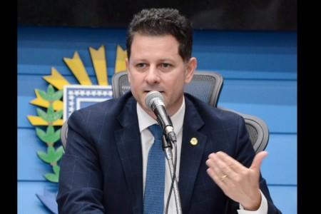 Legenda: Deputado Renato Câmara pede para que as pessoas aproveitem o tempo em casa para ampliar o combate aos focos do mosquito da dengue; Mato Grosso do Sul registrou mais de 400 novos casos por dia nos primeiros três meses do ano